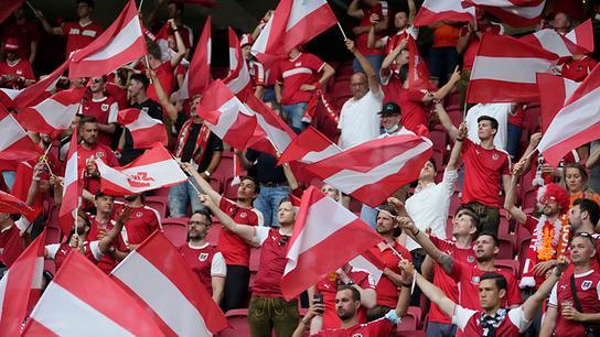 Österreichs Fans jubeln vor dem Fußballspiel der Gruppe C der UEFA EURO 2020 zwischen den Niederlanden und Österreich am 17. Juni 2021 in der Johan Cruyff Arena in Amsterdam.